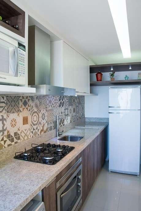 15. Decoração com azulejo hidráulico e forno elétrico embutir para cozinha planejada – Foto: Pinterest