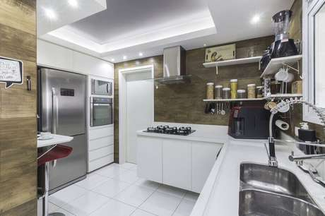 16. Decoração com forno elétrico de embutir inox para cozinha toda branca – Foto: André Freitas