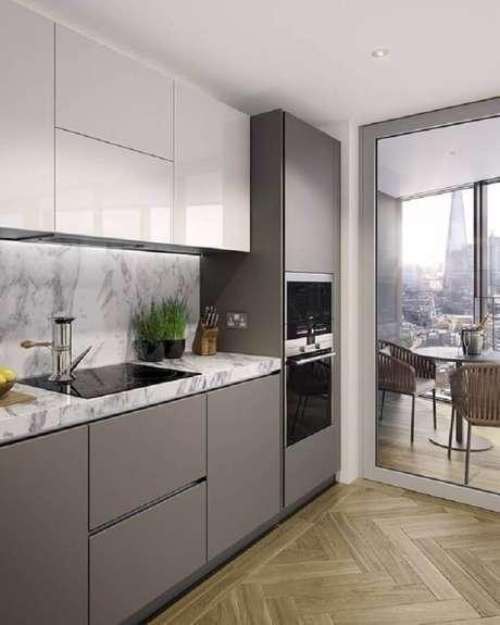 17. Cozinha planejada cinza decorada com bancada de mármore e forno elétrico de embutir pequeno – Foto: Revista VD