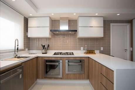18. Forno elétrico de embutir inox para cozinha planejada com armários de madeira – Foto: Meet Arquitetura e Interiores