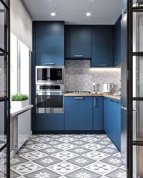2. Decoração para cozinha azul planejada com forno elétrico embutir e revestimentos com estampa – Foto: AuthGram