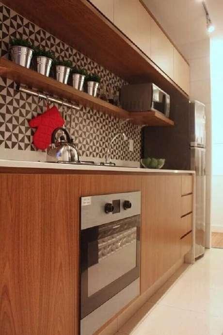 21. Decoração de cozinha planejada com armários de madeira e forno elétrico de embutir inox – Foto: DCA Arquitetura