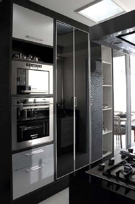 23. Decoração para cozinha preta planejada com forno elétrico de embutir inox – Foto: Fabio Fast