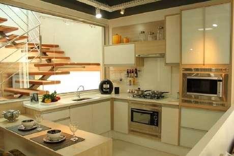 24. Decoração em tons neutros para cozinha planejada com forno elétrico de embutir inox – Foto: Isabela Nunes Mayerhofer