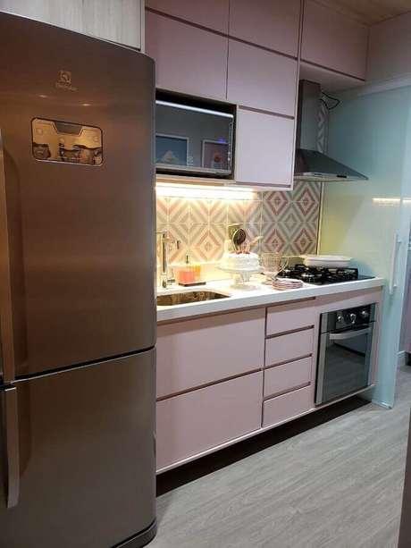 26. Decoração para cozinha planejada com armários cor de rosa e forno elétrico de embutir inox – Foto: Giovana Ciacco Interiores