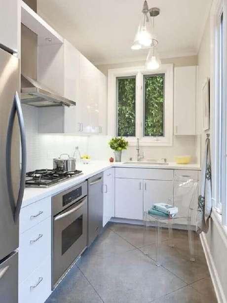 29. Cozinha pequena toda branca decorada com pendentes e forno elétrico embutir – Foto: Wood Save
