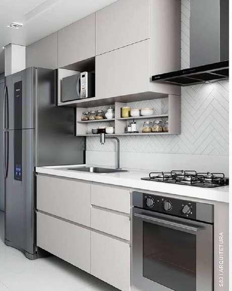 31. Decoração para cozinha cinza planejada com forno elétrico embutir – Foto: S83 Arquitetura