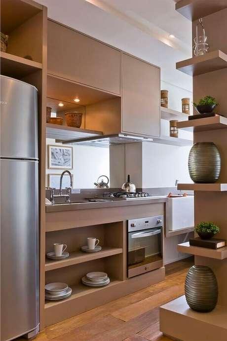 33. Forno elétrico de embutir inox para cozinha planejada com armários de madeira – Foto: Debora Aguiar Arquitetos