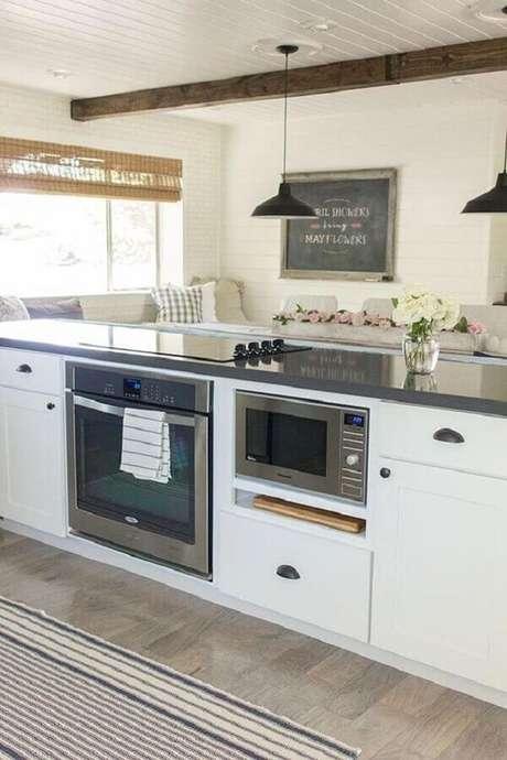 35. Forno elétrico de embutir inox para ilha de cozinha planejada – Foto: Ennis Realtors & Builders