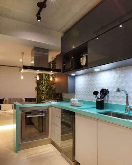 37. Decoração moderna para cozinha planejada com revestimento 3D, bancada azul turquesa e forno elétrico de embutir pequeno – Foto: Pinosy
