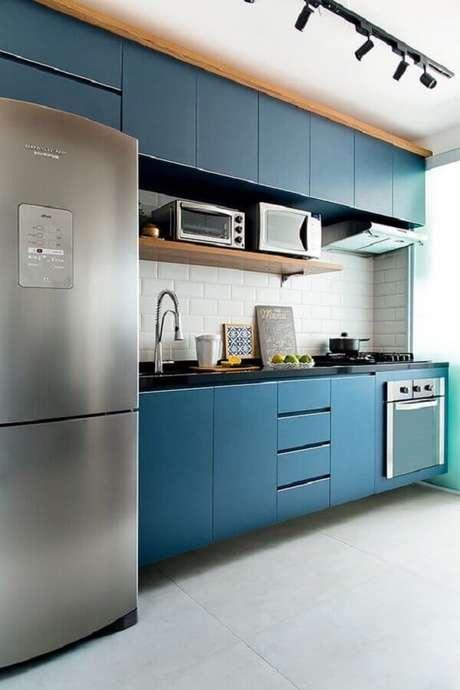 39. Decoração com spots de luz para cozinha azul planejada com forno elétrico embutir – Foto: Levitrabook