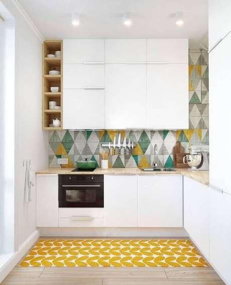 42. Decoração para cozinha branca planejada com revestimento colorido e forno elétrico embutir – Foto: Bricolage Maison et décoration