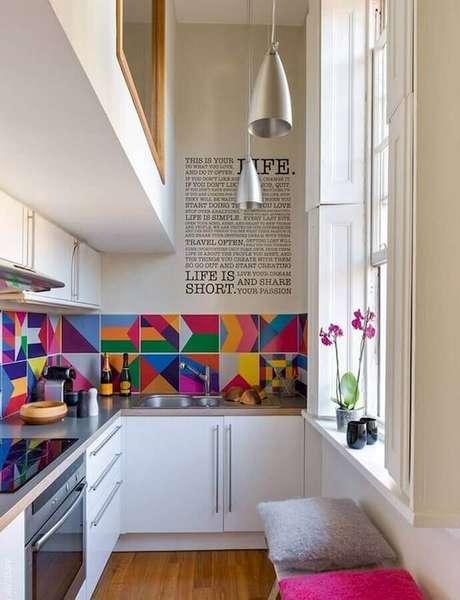 45. Forno elétrico embutir para cozinha branca planejada com luminárias modernas e revestimento colorido – Foto: Ritely