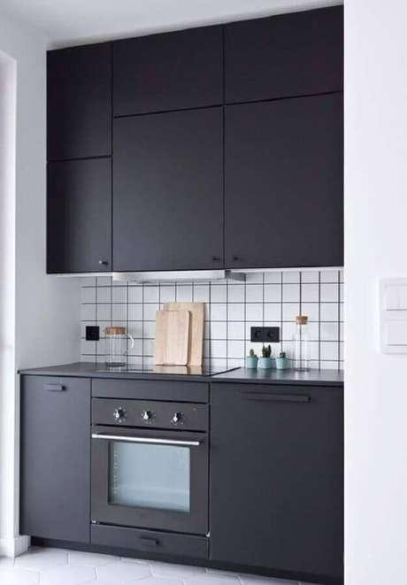47. Forno elétrico embutir para cozinha preta e branca moderna com acabamento fosco nos armários – Foto: Decoração de Casa