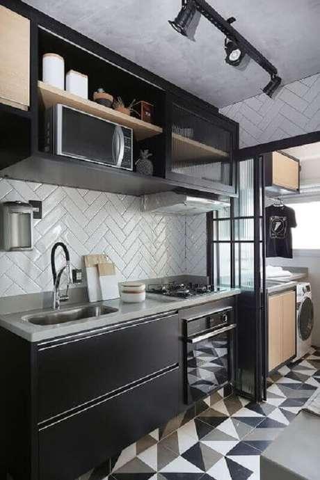46. Forno elétrico embutir para cozinha preta moderna com azulejo escama de peixe – Foto: Jeito de Casa