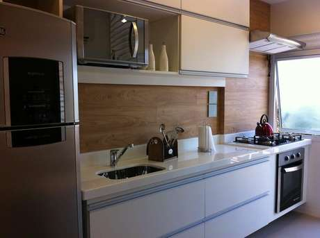 49. Revestimento em madeira para cozinha pequena planejada com forno elétrico embutir – Foto: Blog – As Escolhidas