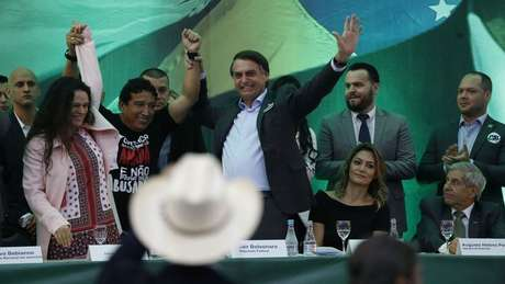 Em pé, Paschoal e Bolsonaro aparecem sorrindo durante evento que oficializou o nome dele na eleição de 2018, da qual saiu vencedor
