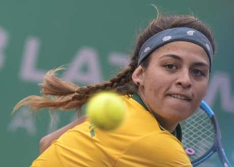 Carolina Meligeni Alves, do Brasil, joga com a americana Caroline Dolehide, na semifinal do tênis feminino, nos Jogos Pan-americanos 2019 em Lima