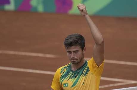 João Menezes, do Brasil, joga com argentino Facundo Bagnis, na semifinal do tênis masculino, nos Jogos Pan-americanos 2019 em Lima