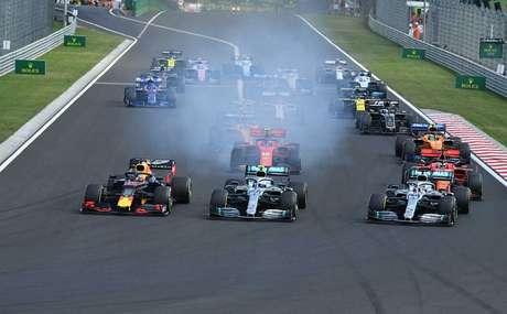 """Em """"dia perfeito"""" da Mercedes, Hamilton supera Verstappen no fim e vence na Hungria"""
