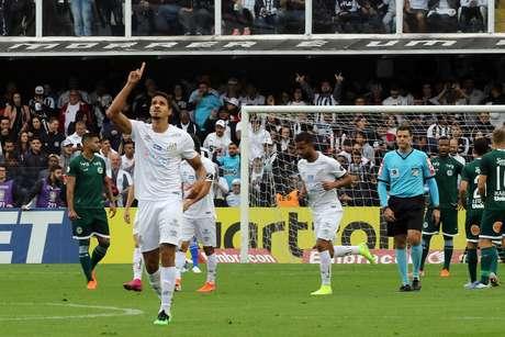 O jogador Lucas Veríssimo do Santos comemora gol partida entre Santos SP e Goiás GO, válida pelo Campeonato Brasileiro 2019, na Vila Belmiro, em Santos (SP), neste domingo (4).