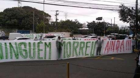 Mancha Alviverde fez um protesto na tarde de sábado, na Academia (Foto: Reprodução)