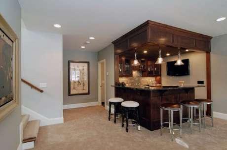 38. A iluminação faz toda a diferença no barzinho para sala.