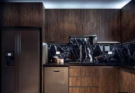 9. Opte por tons neutros e amadeirados para decoração de cozinha com granito preto indiano
