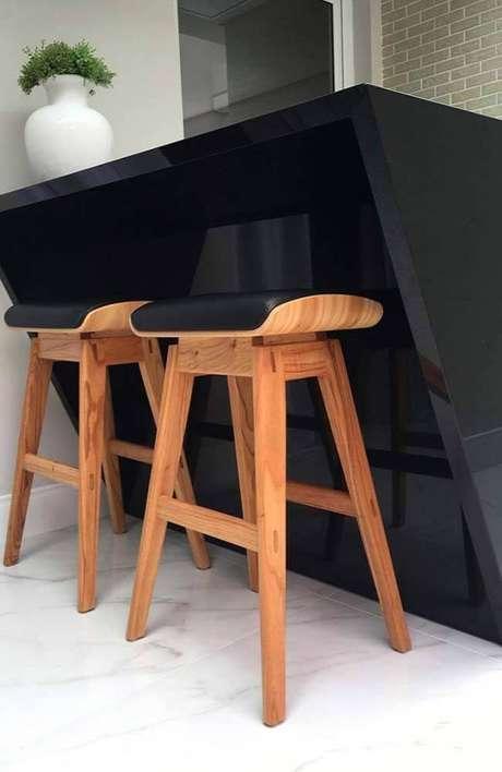 12. O granito preto utilizado para a bancada da cozinha americana deixa o ambiente mais sofisticado