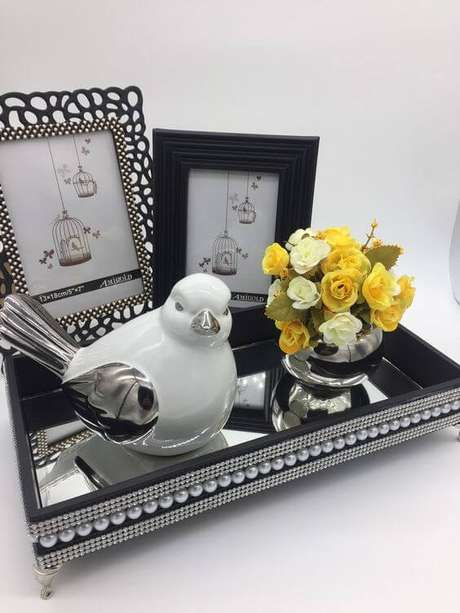 57. Bandeja com espelho e pérolas para decoração da sala de estar