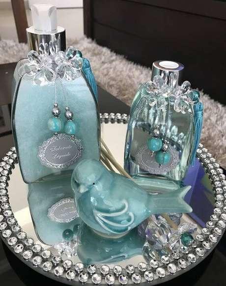 11. A bandeja com espelho e pérolas pode ficar ainda mais bonita com detalhes coloridos