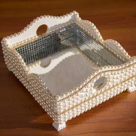13. Compre uma caixa de madeira e cole pérolas para ter uma bandeja espelhada com pérolas maravilhosa!