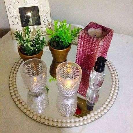 9. Um modelo simples de bandeja espelhada com pérolas para você mesma fazer em casa