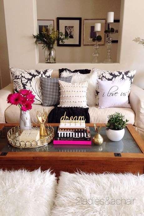 14. A bandeja de espelho também pode ser usada na decoração da sala de estar. Fica lindo!