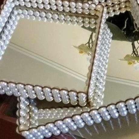 17. Bandeja espelhada com pérolas para sua sala de estar