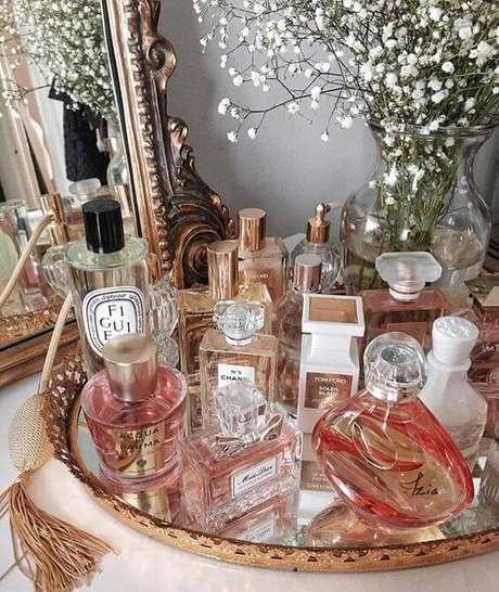 18. Bandeja de espelho para banheiro para organizar seus perfumes