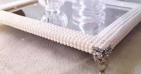 19. Use a bandeja espelhada com pérolas para sua decoração ser ainda mais linda
