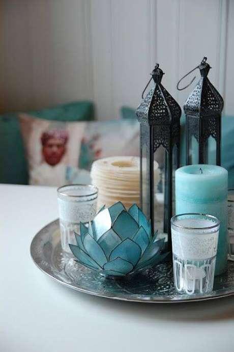 21. Aproveite diversos detalhes na sua decoração para combinar com a bandeja espelhada