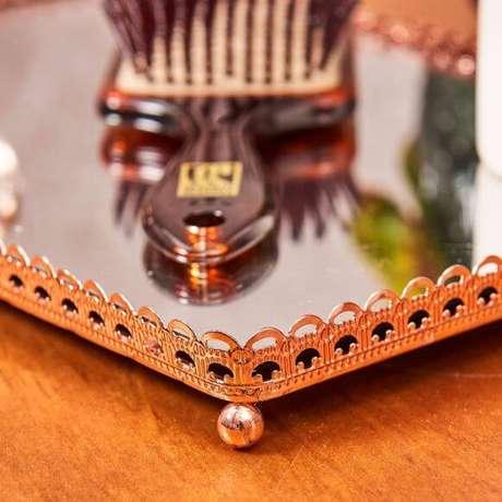 22. Pegue bandejas simples de casa e adicione o espelho para ter bandejas espelhadas lindas na decoração