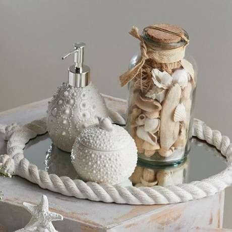 23. Use sua criatividade para fazer a sua bandeja espelhada e ter uma decoração maravilhosa. Essa, por exemplo, é uma bandeja espelhada com tema praiano.