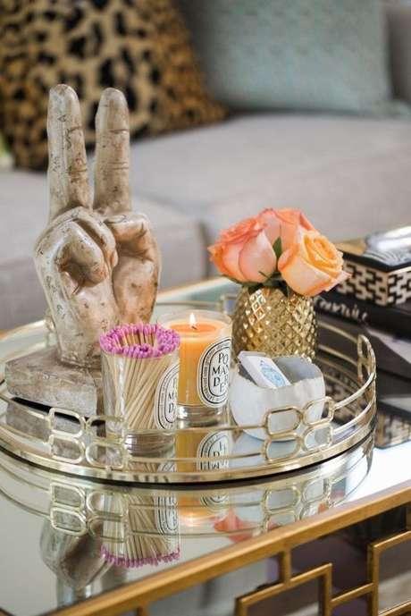 24. A bandeja espelhada é um lindo objeto de decoração. Adicione detalhes que combinem com a sua personalidade para ter uma linda