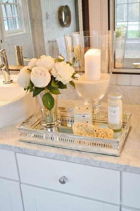 25. Que tal ter uma bandeja espelhada com flores e velas para decorar seu banheiro ou lavabo?