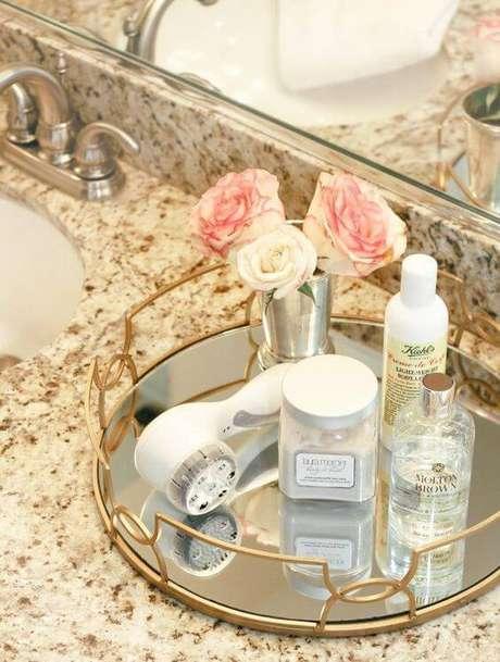 2. A bandeja espelhada para banheiro fica ainda mais bonita quando você adiciona a flores para decorar.