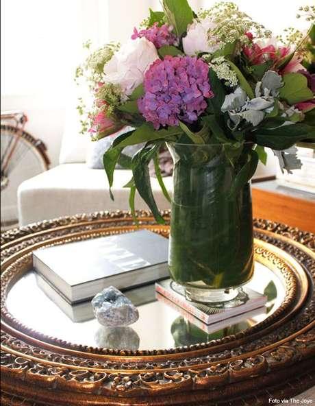 27. Decore sua bandeja espelhada com livros e vaso de flores