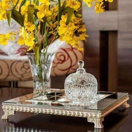 29. Use a bandeja espelhada com pérolas para decorar a sala de estar. Siga o passo a passo!