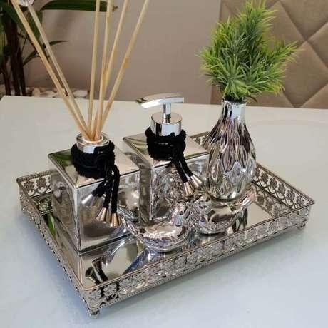 53. A bandeja espelhada com cristais e aromatizantes para ser usada no banheiro