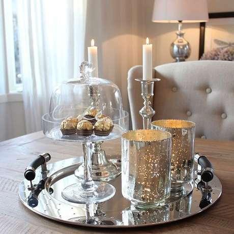 37. Além de uma ótima opção para decorar, você pode usar a bandeja espelhada para servir docinhos aos convidados