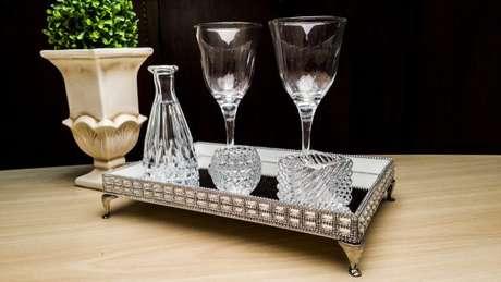 38. Use a bandeja espelhada na decoração da sua sala de estar