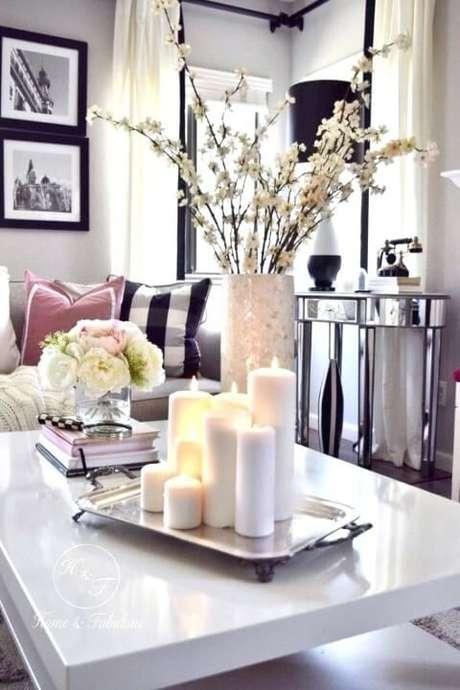 39. Aproveite a bandeja espelhada para deixar o clima da casa ainda mais aconchegante