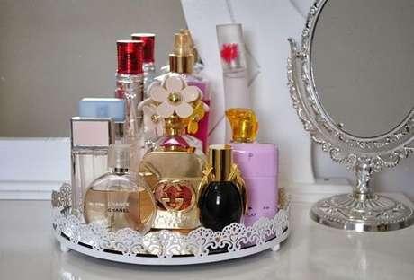 58. Use a bandeja espelhada para organizar seus perfumes